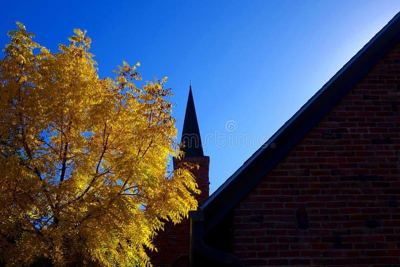 Torre da igreja no outono fotos de stock