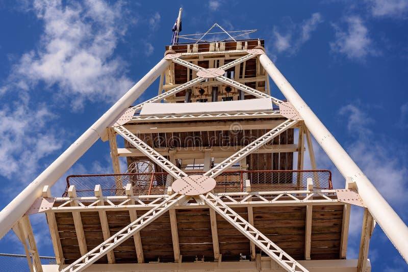 Torre da mineração do ouro velho agora defunto imagens de stock