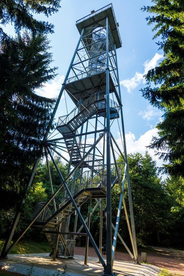 Torre da opinião de Totenstein na floresta de Rabenstein imagens de stock