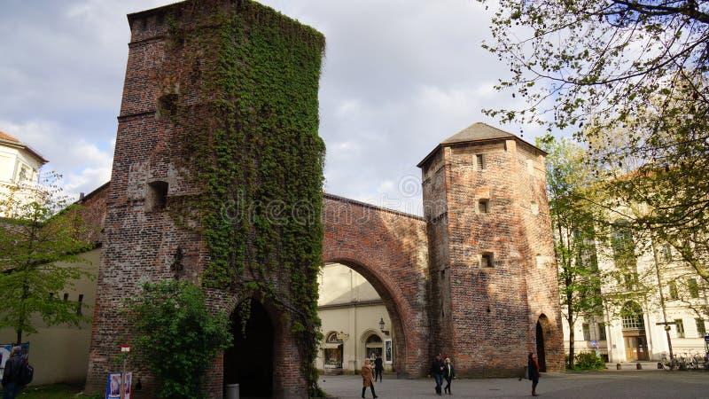 Torre da parede de tijolo na peça da cidade antiga foto de stock royalty free