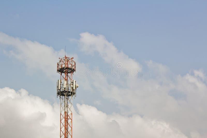 Torre da pilha das telecomunicações, com antenas e equipamento de rádio - cobertura do sinal 3G e 4G foto de stock