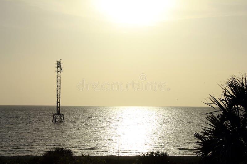 Torre da pilha na água no crepúsculo imagens de stock royalty free