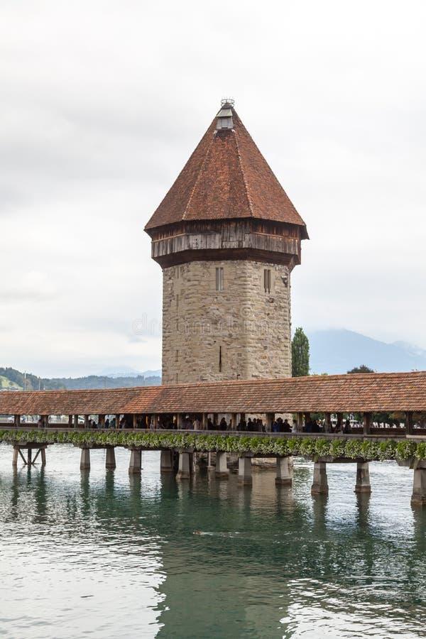 Torre da ponte e de água da capela em Luzern, Suíça imagens de stock royalty free