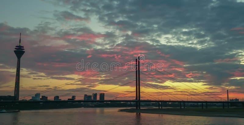 Torre da ponte e da vigia do joelho do Reno no por do sol em Düsseldorf foto de stock