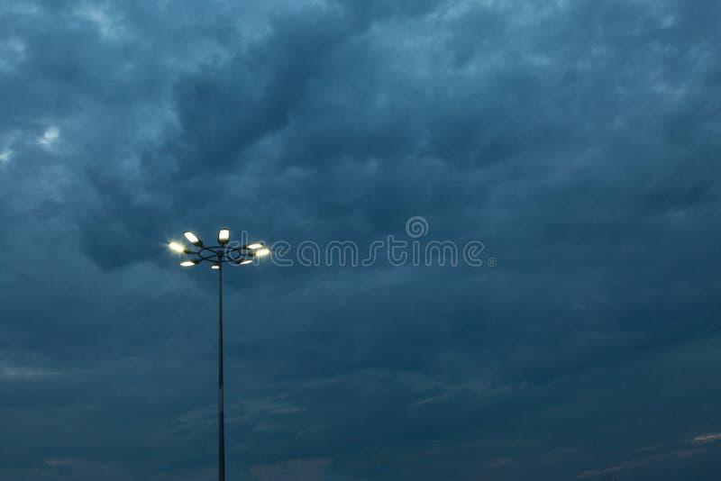 A torre da Ponto-luz do estádio sobre o céu azul na noite foto de stock