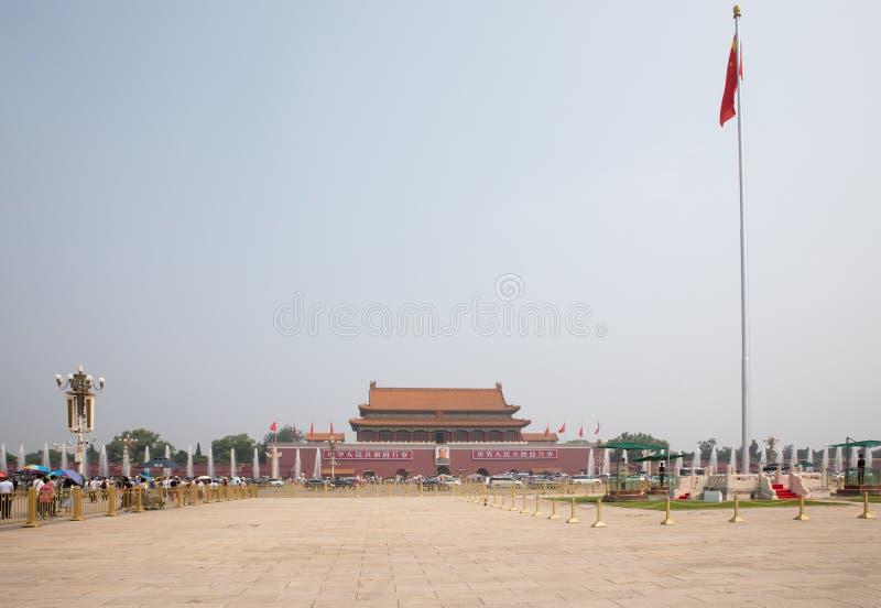 Torre da porta de Tiananmen vista da Praça de Tiananmen em um dia de verão quente, obscuro no Pequim fotografia de stock