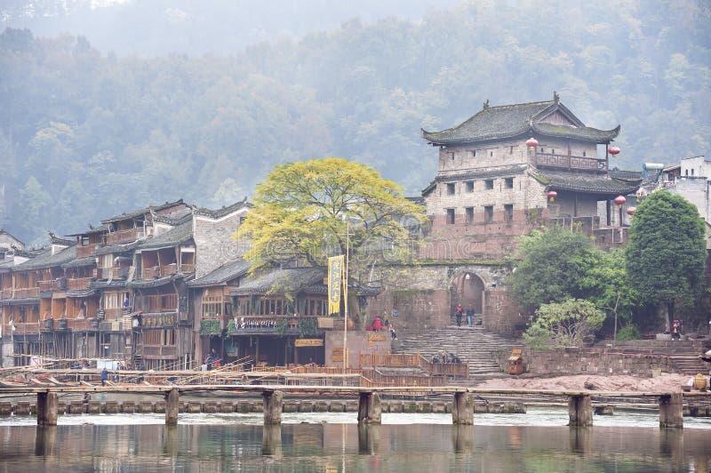 Torre da porta e rio nortes de Tuojiang em Fenghuang, província de Hunan, China fotos de stock