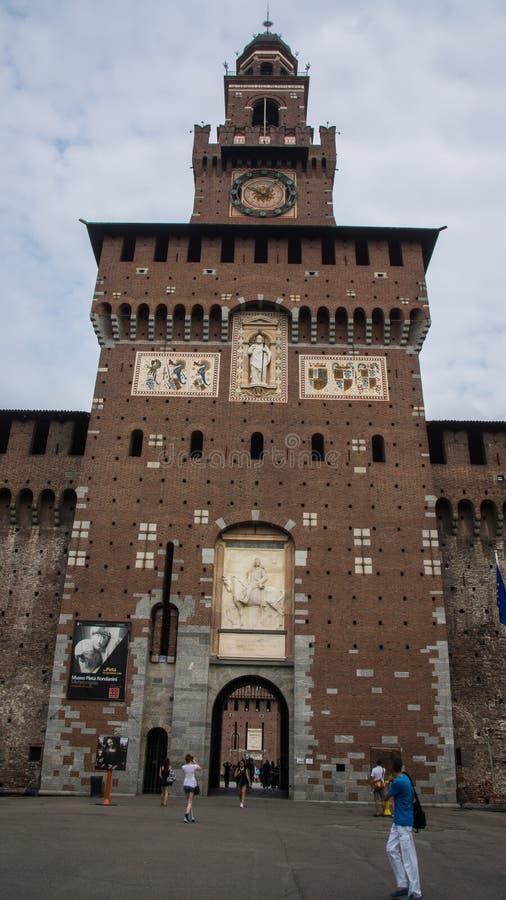 Torre da porta da entrada da fortaleza de Sforzesco foto de stock royalty free