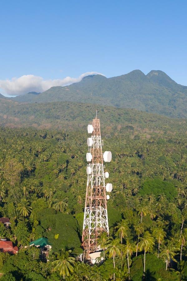 Torre da telecomunicação, antena de uma comunicação na ilha de Camiguin, Filipinas Torre com repetidores foto de stock