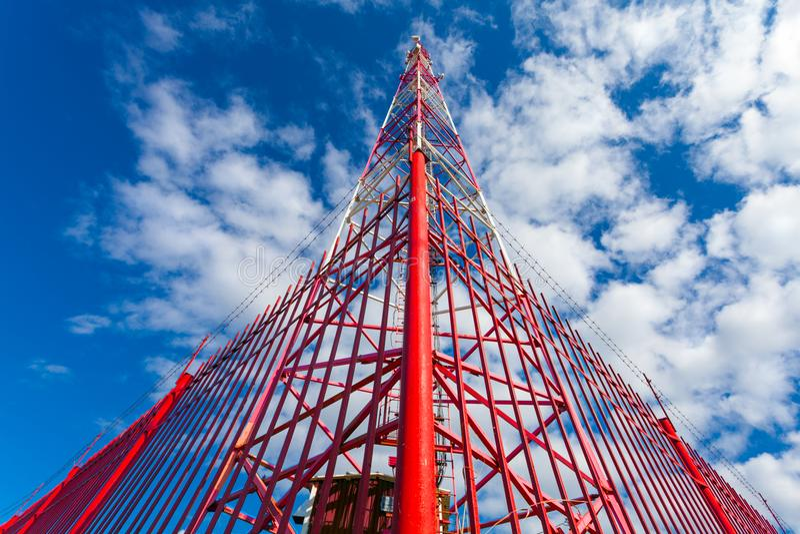Torre da telecomunicação com antenas do painel e as antenas de rádio e antenas parabólicas para as comunicações móvéis 2G, 3G, 4G fotos de stock royalty free
