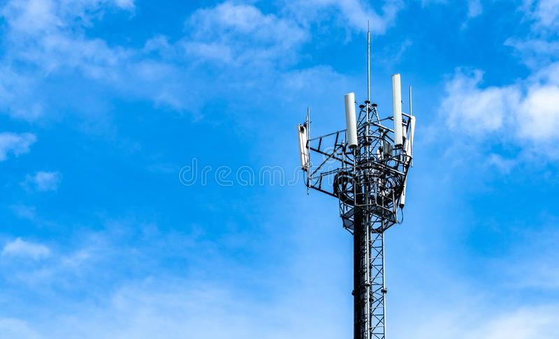 Torre da telecomunicação com céu azul e fundo branco das nuvens Antena no c?u azul Polo de r?dio e sat?lite Uma comunica??o imagens de stock
