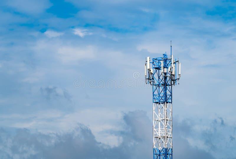 Torre da telecomunicação com céu azul e fundo branco das nuvens Antena no c?u azul Polo de r?dio e sat?lite Uma comunica??o fotos de stock