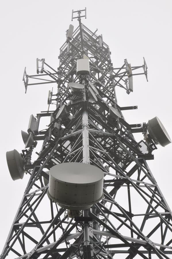 Torre da telecomunicação na névoa imagens de stock royalty free