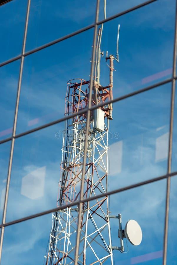 Torre da telecomunicação refletida em vidros imagem de stock royalty free