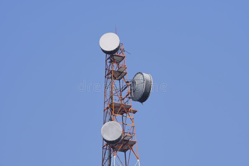 Torre da telecomunica??o Transmissor sem fio da antena de uma comunica??o imagem de stock