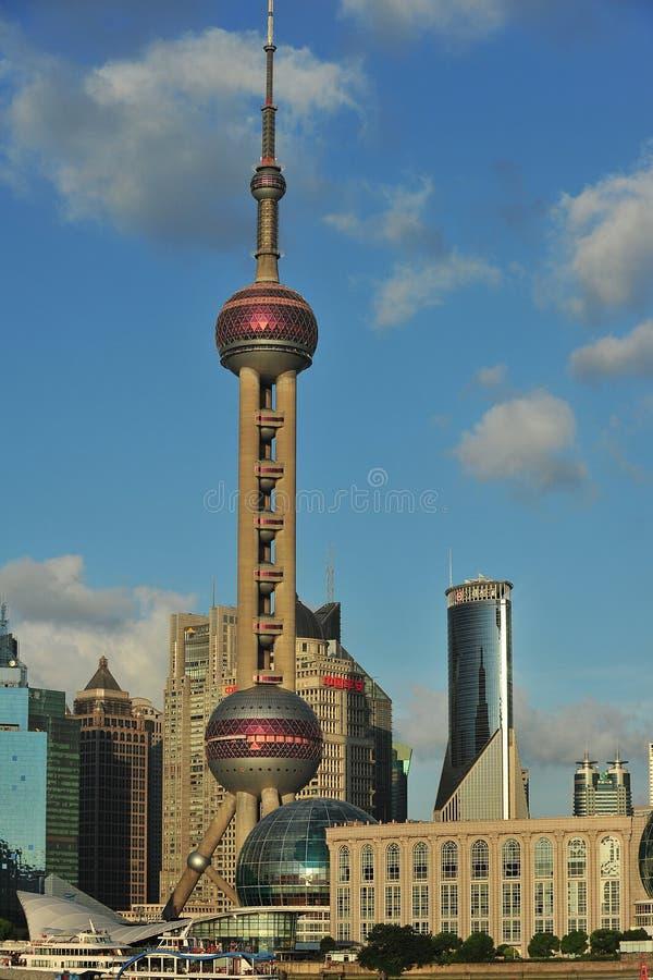 Torre da tevê de Oriente em Shanghai no verão fotografia de stock
