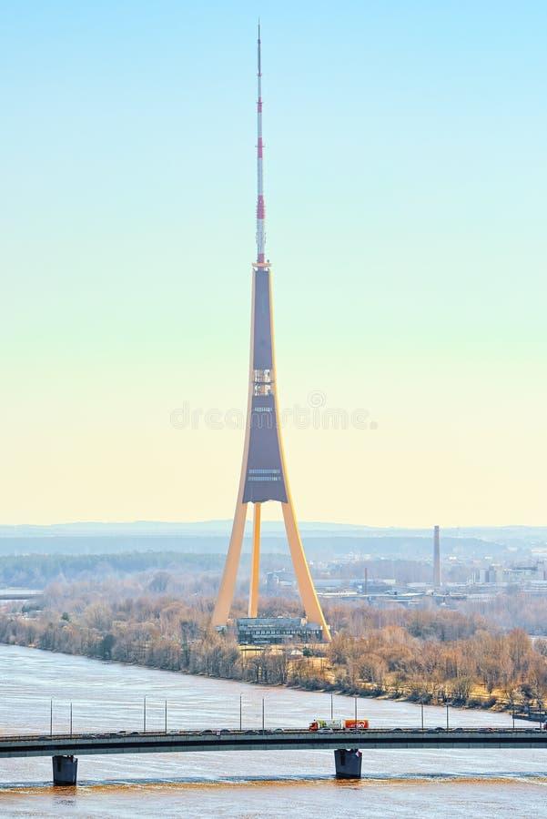A torre da tevê de Riga uma televisão e uma transmissão eleva-se em Riga, Latvi imagem de stock