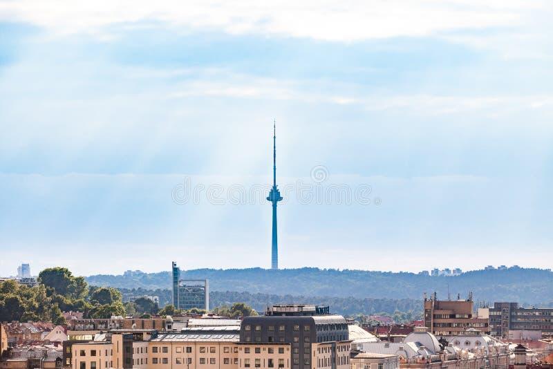Torre da tevê em Vilnius, Lituânia A estrutura a mais alta em Lituânia, o símbolo da cidade de Vilnius imagem de stock