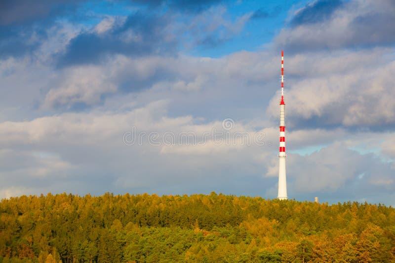 Torre da tevê na floresta do outono fotos de stock