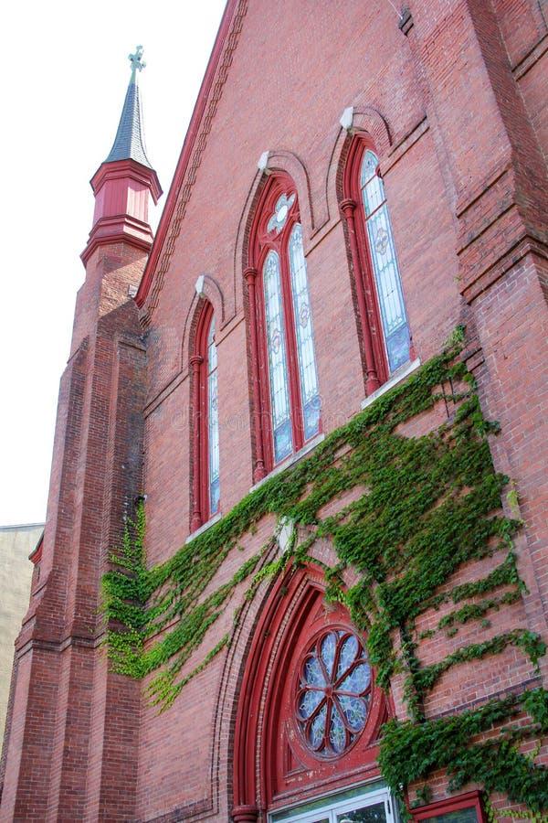 Torre da torre, janelas e fachada da hera, igreja, Keene do centro, N fotografia de stock