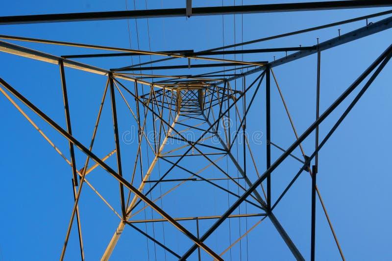 Torre da transmissão da perspectiva única modelada contra o céu imagem de stock royalty free