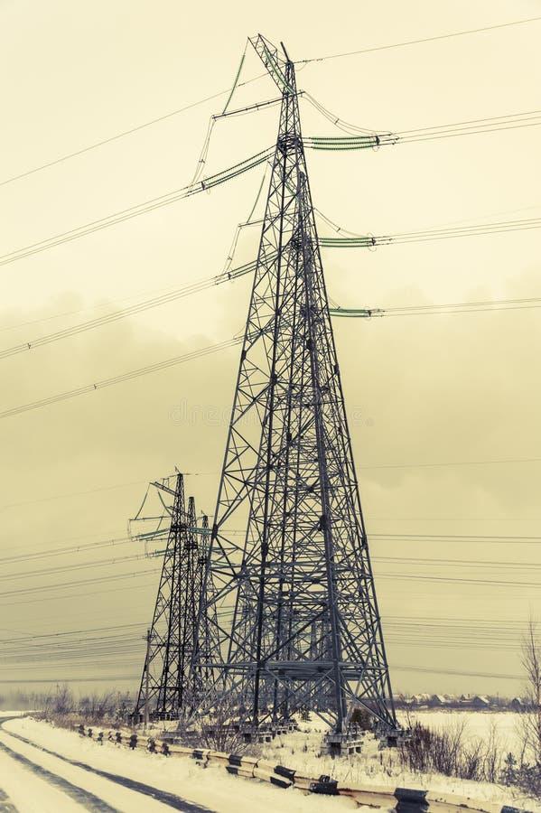 Torre da transmissão de energia da tensão da altura imagem de stock royalty free