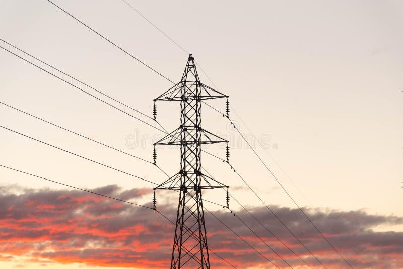 A torre da transmissão de energia no alvorecer fotografia de stock royalty free