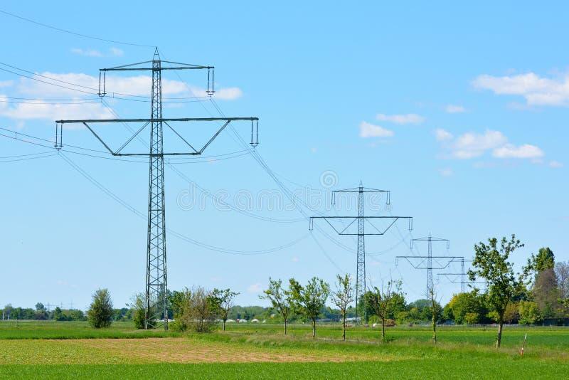 Torre da transmissão e linha elétrica aérea como a poluição visual fotografia de stock