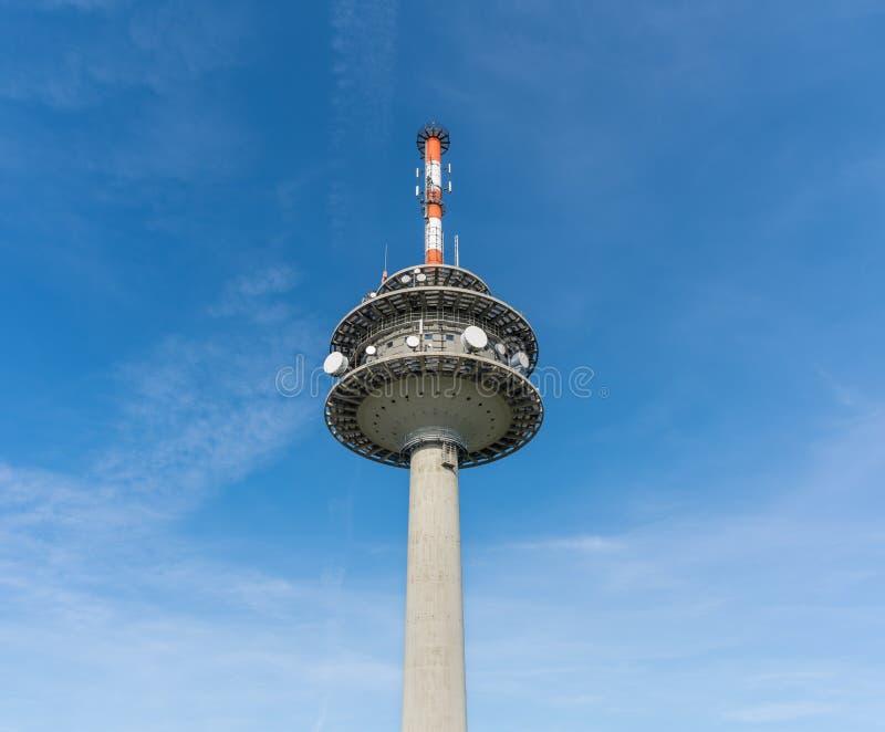 Torre da transmissão na montagem de Koeterberg contra o céu, Alemanha imagens de stock royalty free