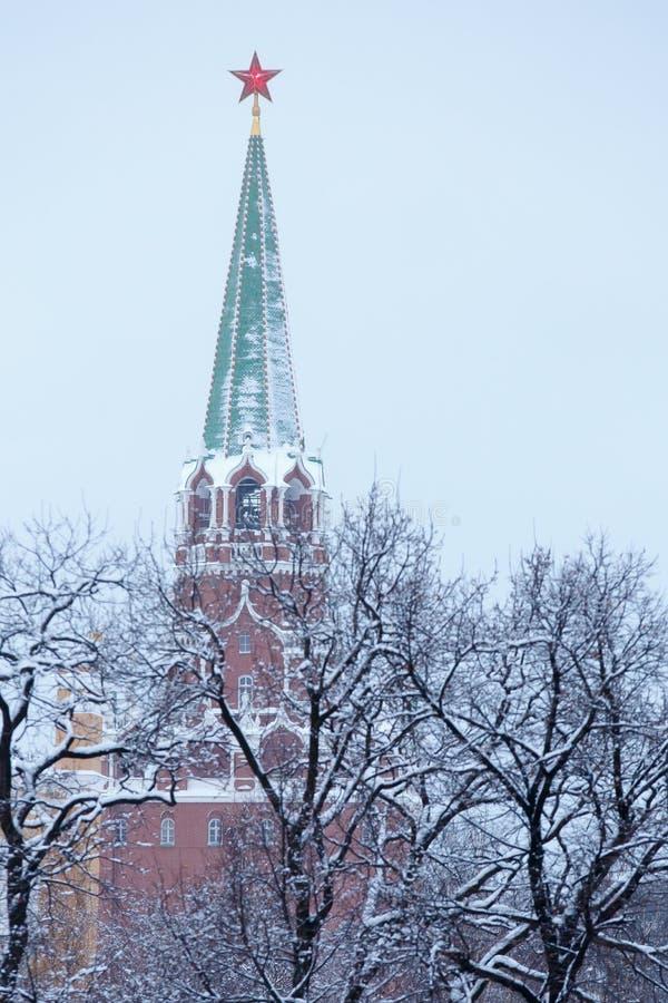 Torre da trindade de Troitskaya do Kremlin de Moscou, coberta com uma estrela vermelha, vista através do parque do inverno foto de stock