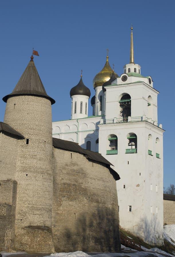 Torre da trindade e a torre de sino da catedral da trindade Pskov Kremlin imagem de stock royalty free