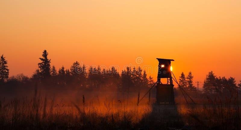 Torre da vigia do caçador na borda da floresta foto de stock royalty free