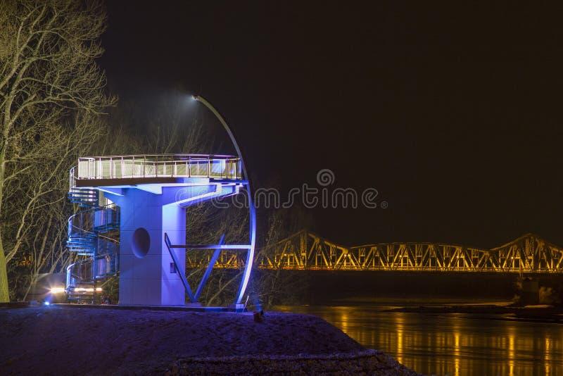 Torre da vigia na noite, no fundo uma ponte velha, 'awy, 12 de PuÅ 2011, Polônia imagens de stock