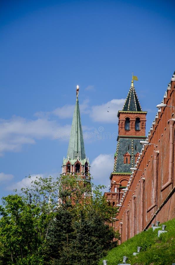 Torre das paredes dos Kremlin, Moscou, RussiaTowers da corte do Kremlin do palácio do Kremlin e do jardim do Kremlin, Moscou, Rús foto de stock