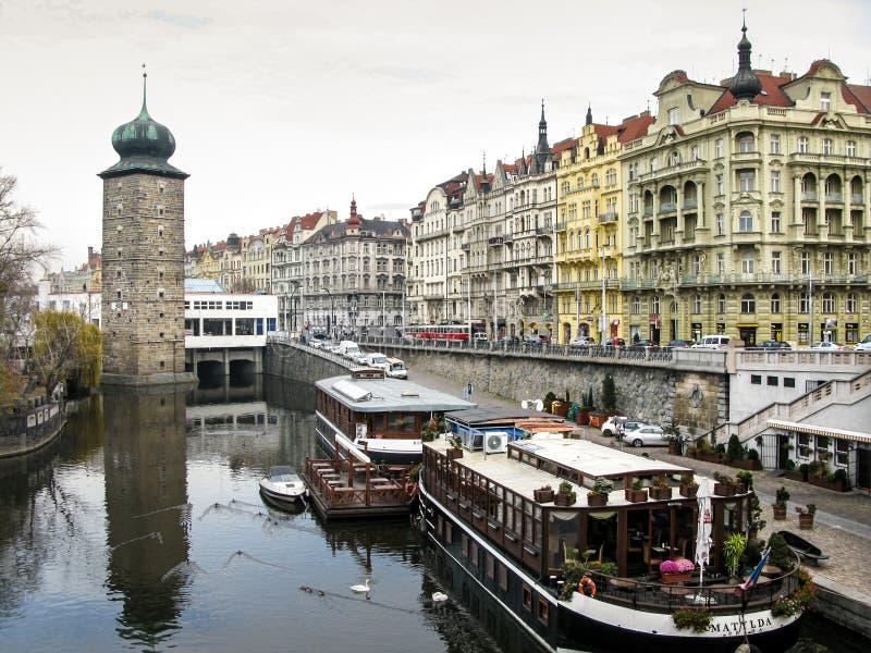 Torre de água das jubas e casas, rio de Vltava, Praga imagens de stock royalty free