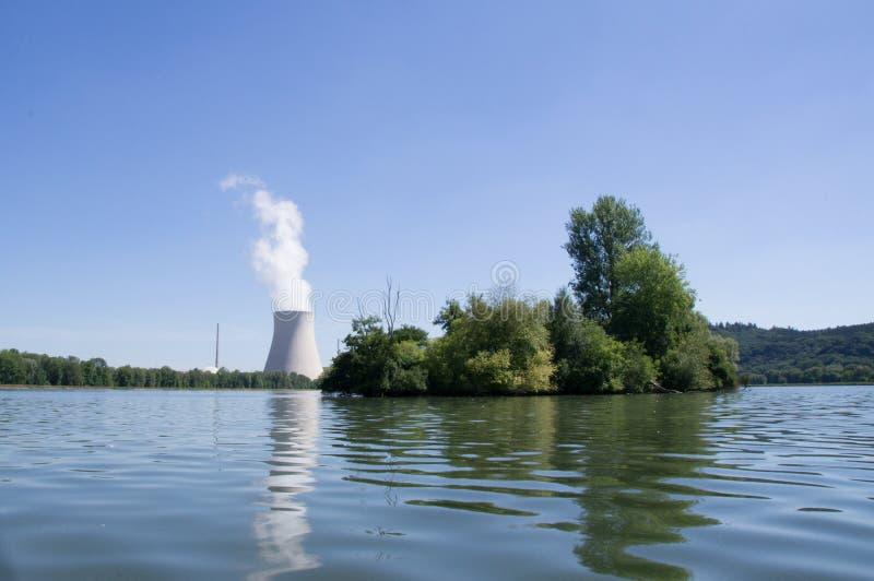 Torre de água de um central nuclear imagens de stock royalty free