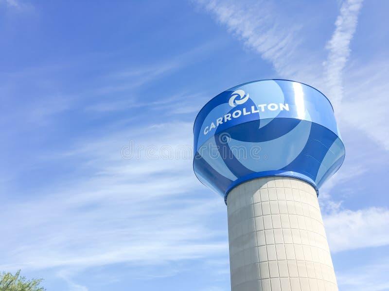 Torre de água em Carrollton, Texas contra o céu azul da nuvem foto de stock royalty free