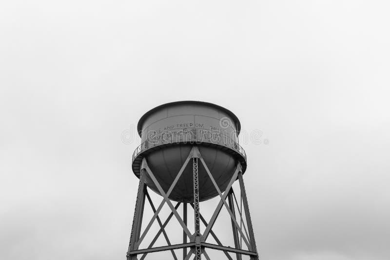 Torre de água na ilha de Alcatraz foto de stock