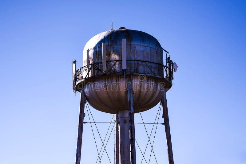 Torre de água nas estradas de América fotos de stock