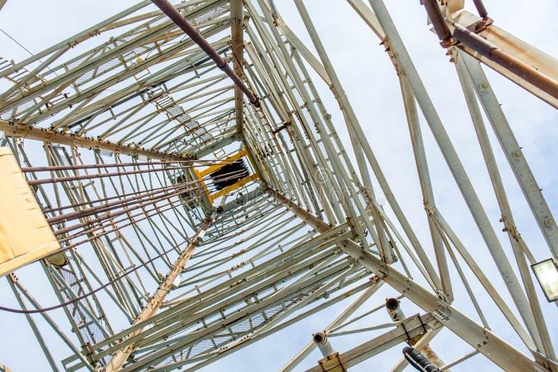 Torre de óleo com movimentação superior para a perfuração do oceano foto de stock royalty free