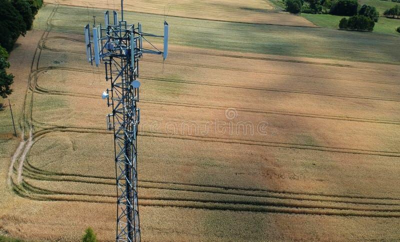 Torre de aço da telecomunicação no midle do campo de trigo, vista aérea fotografia de stock