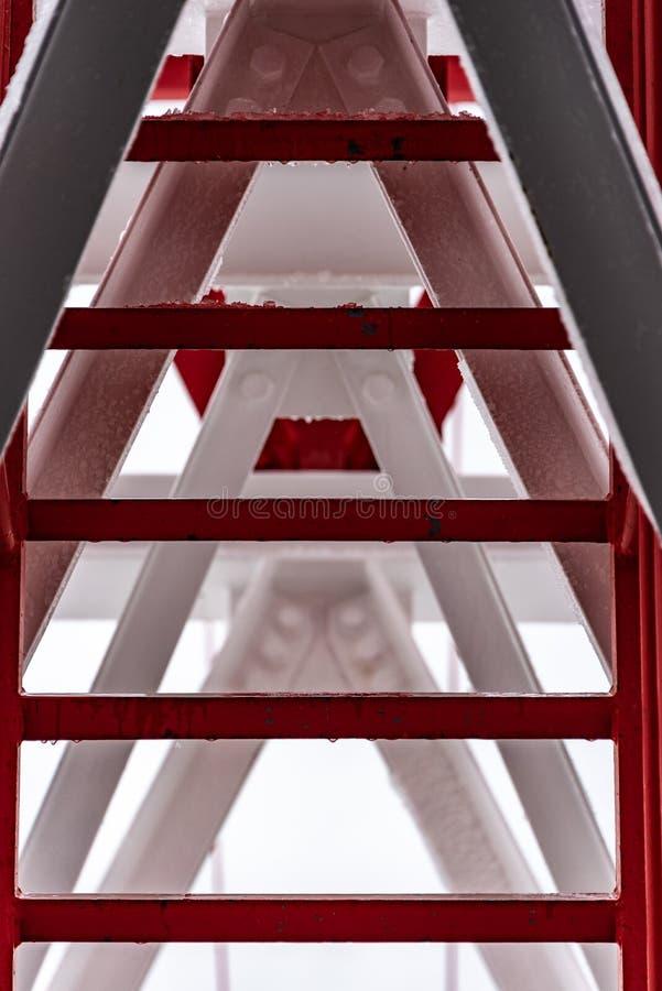 Torre de acero pintada del pilón, roja y blanca Los fragmentos que muestran los detalles de la construcción, se unen a, clavan fotos de archivo libres de regalías