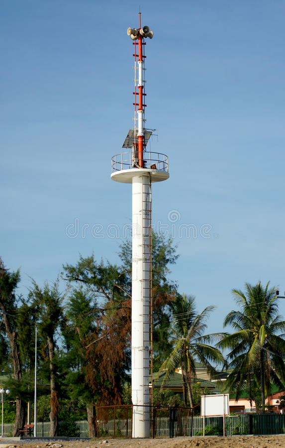 A torre de advertência do tsunami em Tailândia imagem de stock