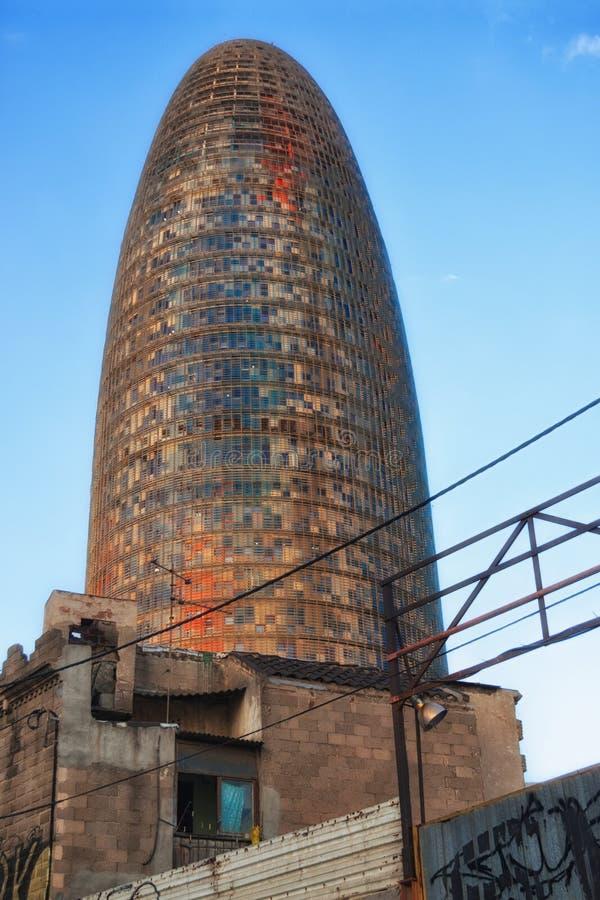 Torre de Agbar detrás de una ciudad de chabola en Barcelona imágenes de archivo libres de regalías