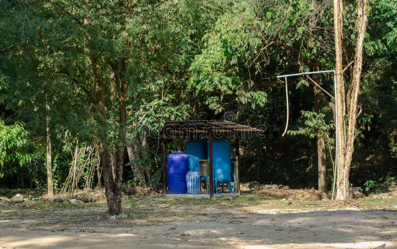 Torre de agua - el tanque de almacenamiento, barril, contenedor limpio, para mercancías, envase fotos de archivo