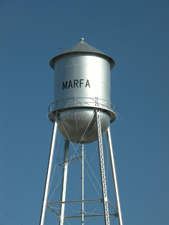 Torre de agua en cielo azul fotos de archivo
