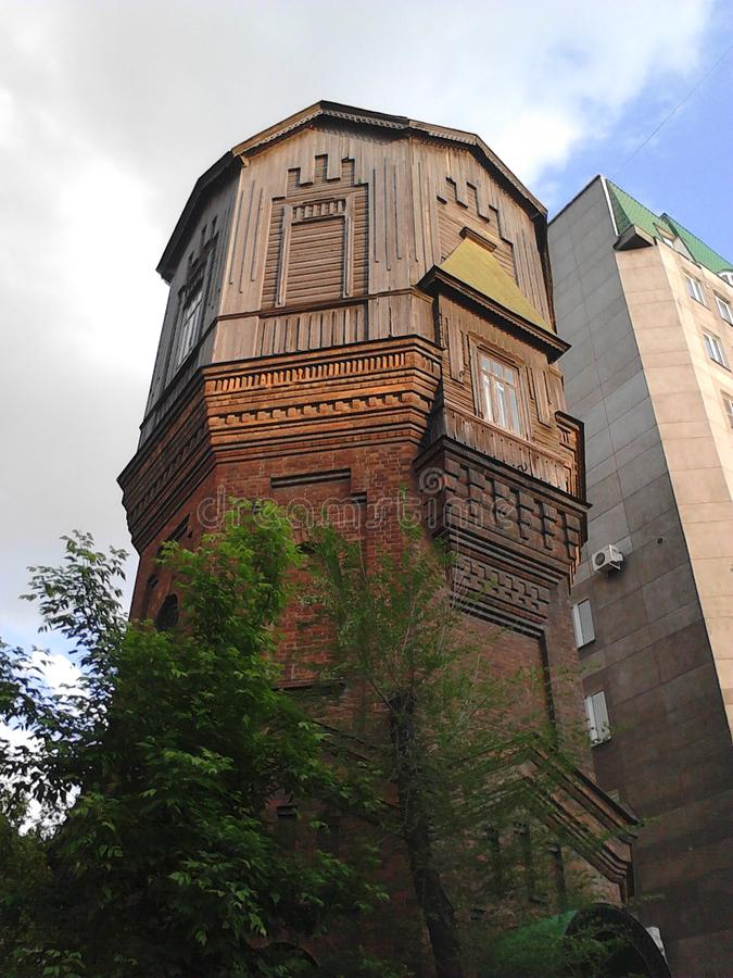 Torre de agua en la ciudad de Cheliábinsk en los ladrones de la calle fotos de archivo libres de regalías
