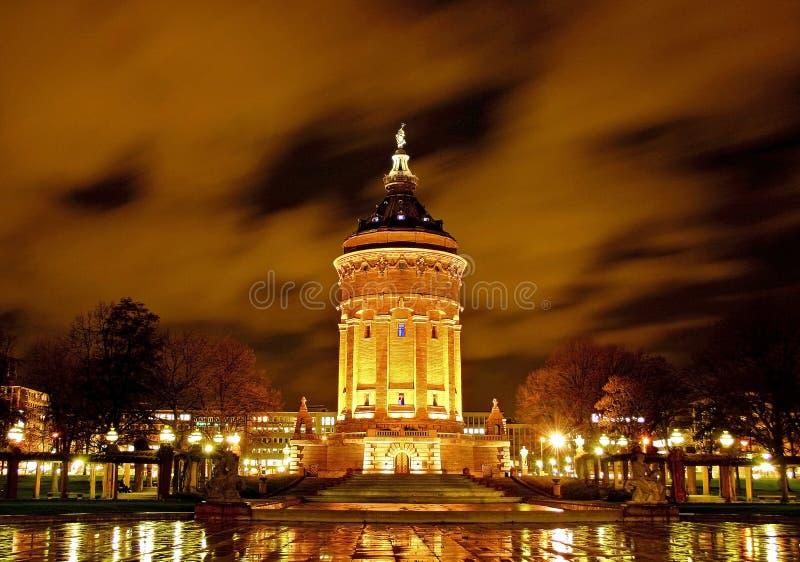 Torre de agua en la noche foto de archivo