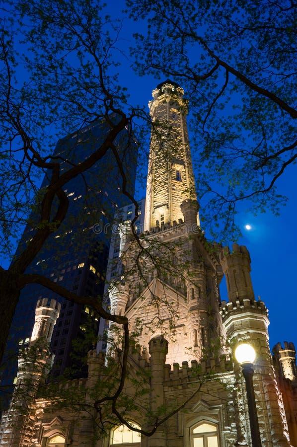 Torre de agua en la noche fotografía de archivo