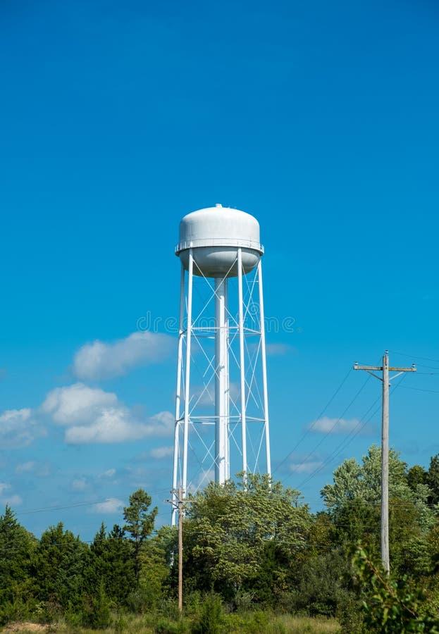 Torre de agua fuera de una pequeña ciudad americana imagen de archivo